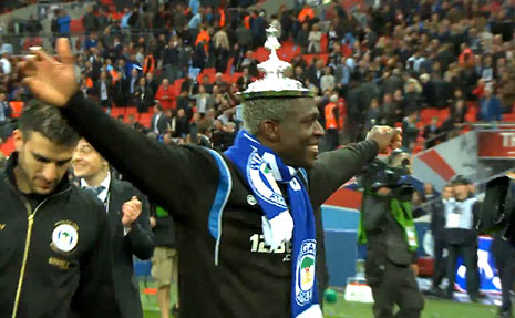 Arouna Kone wears the FA Cup